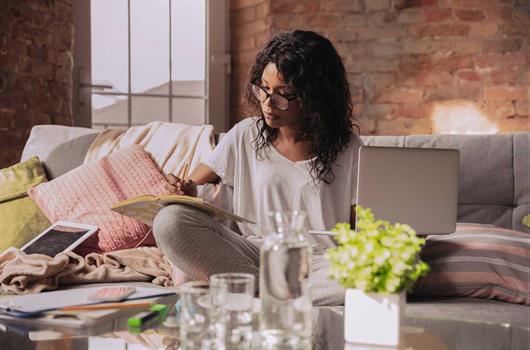 Mulher realizando suas tarefas do escritório em home office