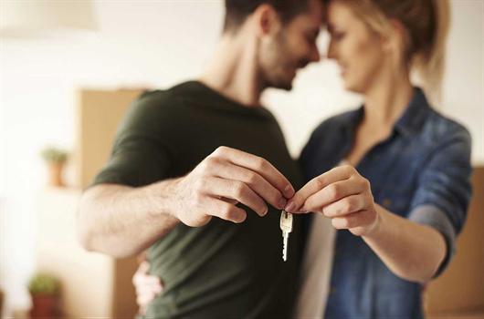 Casal feliz com sua independência financeira e apartamento adquirido à vista