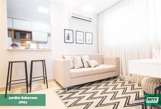 Imagem da sala de estar do decorado Jardim Soberano com tapete preto e branco