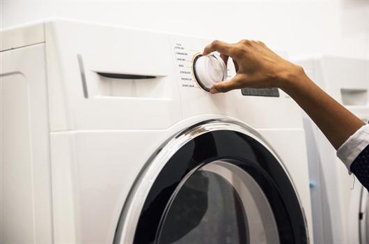 Máaquina de lavar em uma área de serviço organizada do apartamento