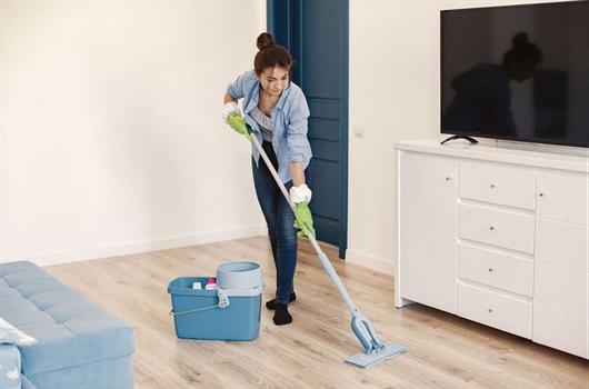 Mulher deixando a casa limpa