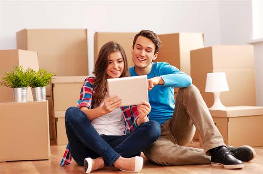 Jovens se preparando para morar sozinha pela primeira vez