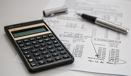 Calculadora e papel para fazer as contas para os valores e novas regras do Minha Casa Minha Vida