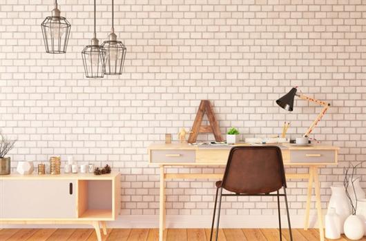 Sala decorada com home office e itens de decoração minimalista