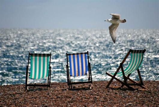 Cadeiras espreguiçadeiras de frente para o mar