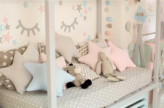 Quarto de criança decorado com objetos lúdicos e em tons pasteis para combinarem entre si