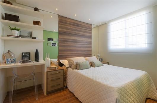 Quarto de casal em um apartamento da MRV adaptado com home office