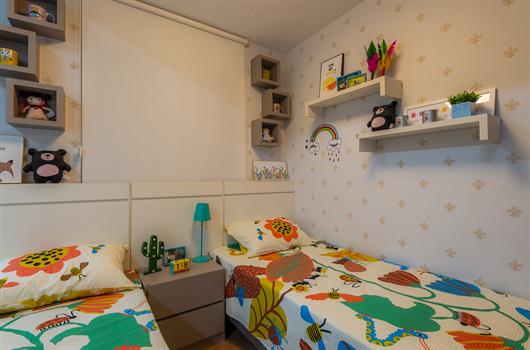 Quarto com decoração unisex para crianças que utiliza muita cor e nichos para deixar tudo organizado