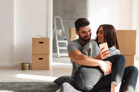 Recém-casados comprando seus móveis
