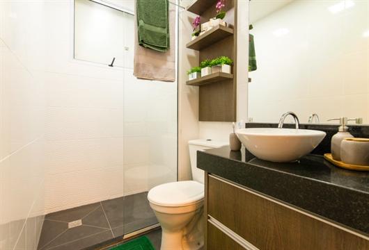 Banheiro de um apartamento MRV decorado com inspirações modernas e clássicas para deixá-lo funcional