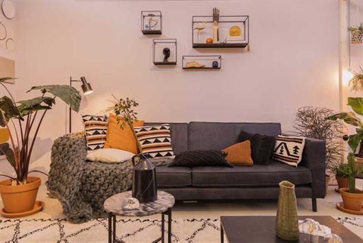 Sala de apartamento com objetos de colecionar na decoração