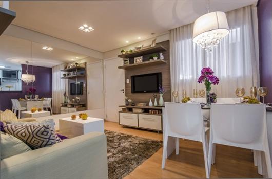 Sala de estar pequena decorada com móveis funcionais