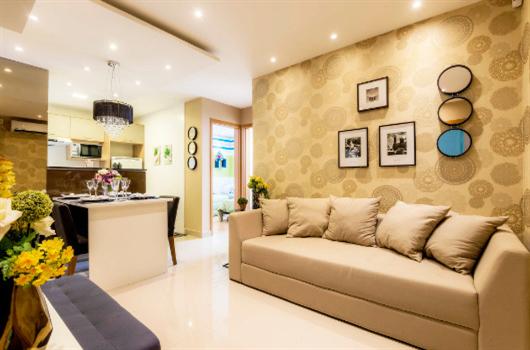 Sala de estar de decorado MRV com iluminação a