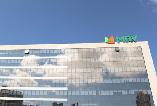 Imagem externa da sede da MRV em Belo Horizonte com sua nova logo