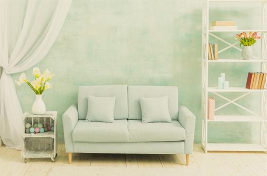 Sala de estar decorada em tons monocromáticos de verde claro